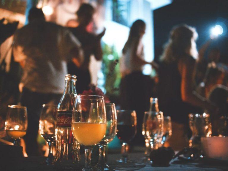 Tische mit Getränken und Teilnehmern
