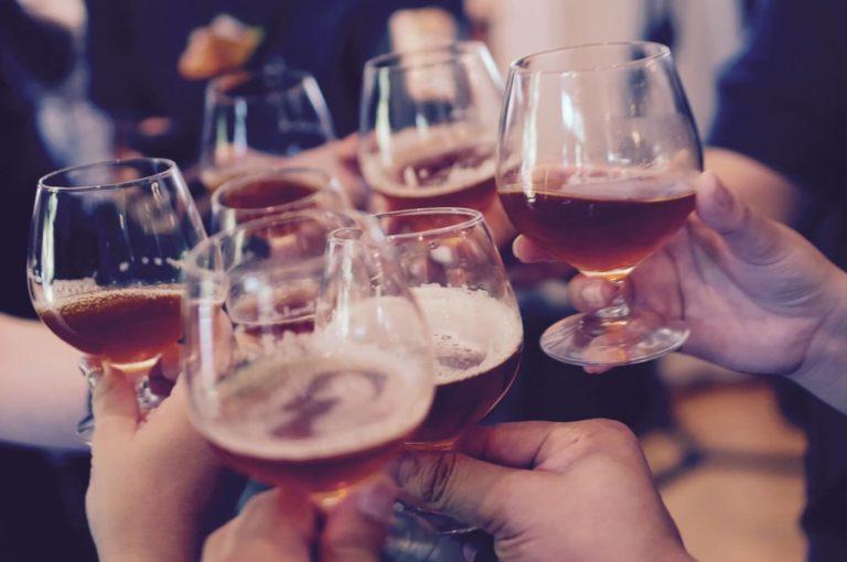 Teilnehmer stoßen an mit schwäbischem Bier